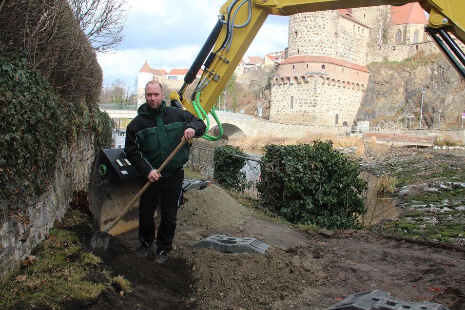 Um mit dem Ausbaggern der Baugrube beginnen zu können, musste eine Wasserleitung mit der Schaufel freigelegt werden. Dies erledigte Endre Schuster, Bauleiter von der Firma Ebersbacher Straßen- und Tiefbau.