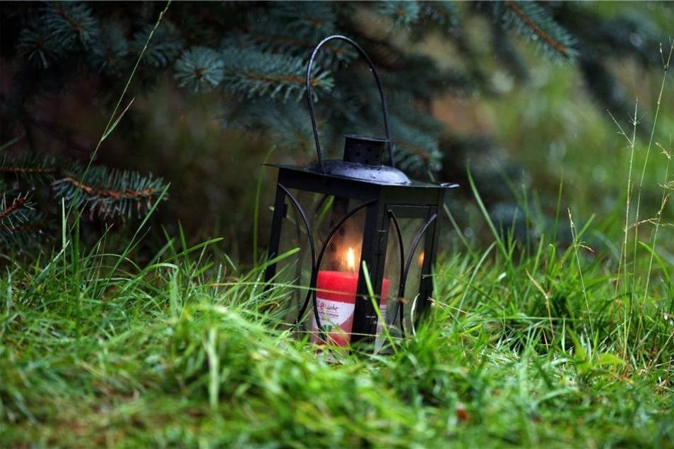 Eine brennende Kerze an der Hofeinfahrt eines Bauernhofes in Lampersdorf. Nun ist es traurige Gewissheit: die entführte Anneli-Marie ist tot.