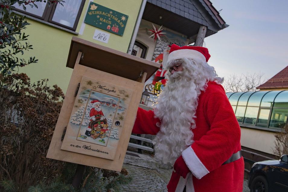 Der Lampertswalder vor seinem Weihnachtshaus mit dem Wunschzettelbriefkasten.