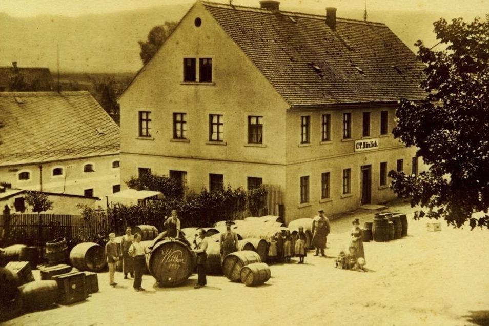 Die Firma Hünlich im Jahr 1888 am heutigen Sankt-Barbara-Platz. Wo damals Fässer im Freien lagen, steht jetzt der Turm des Verwaltungsgebäudes.