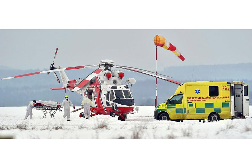 Ein Corona-Patient wird auf dem Flughafen von Cheb in einen Hubschrauber verladen. Aus dem überlasteten örtlichen Krankenhaus werden die Infizierten zu anderen medizinischen Einrichtungen transportiert. Bald kommen auch welche nach Sachsen.