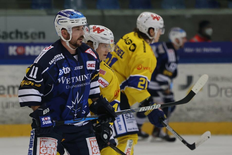 Angreifer Steven Rupprich (l.) machte gegen Weißwasser sein 345. Spiel für die Eislöwen. Auf mehr Partien ist bislang kein Dresdner Eishockey-Profi gekommen.