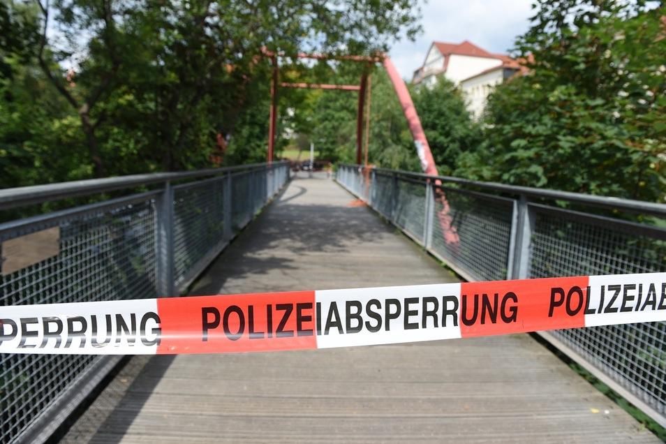 Die Polizei sperrte die Fußgängerbrücke mit der Handgranate...