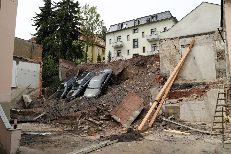 Am 11. Mai 2015 stürzte in Dresden-Plauen eine Stützmauer ein, der Hang rutschte ab und nahm einen Parkplatz und drei Autos mit. Im Rechtsstreit um Schadenersatz für die marode Stützmauer gab es nun eine überraschende Entscheidung.