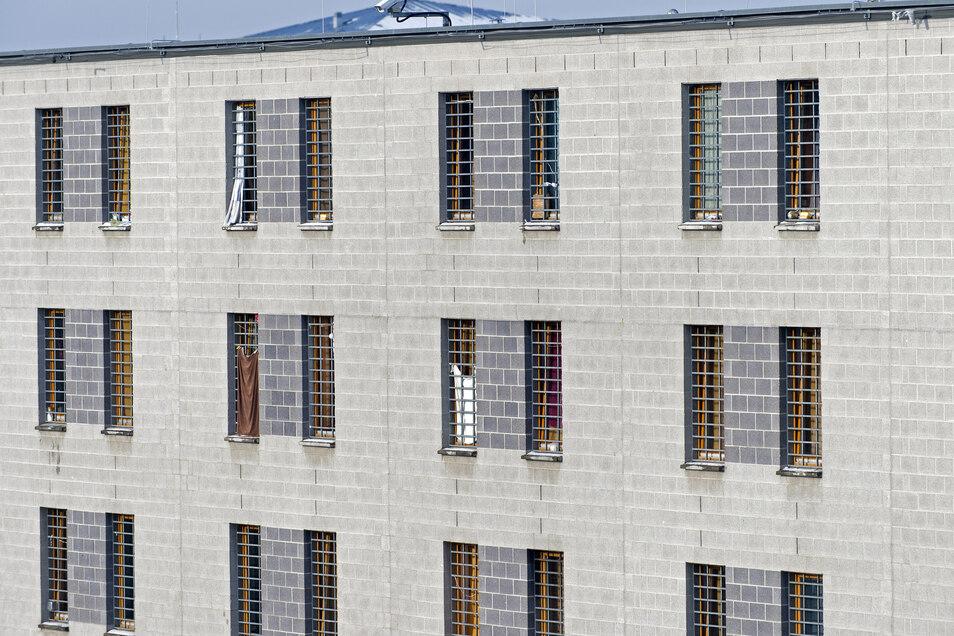 In der Justizvollzugsanstalt Dresden sollen mehrere Mitarbeiter Gefangene geschlagen haben.