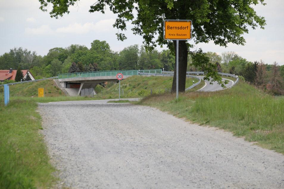 Die Straße Am Wasserwerk ist zum Teil eine Schotterpiste, die erst mit Beginn der Brücke Richtung Stadt asphaltiert ist. Es ist zwar nicht angenehm, den geschotterten Teil zu befahren. Der sah aber auch schon mal schlimmer aus als jetzt.