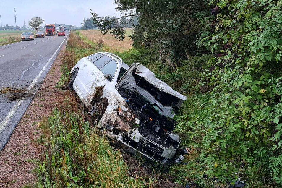 Der weiße Skoda landete auf der B175 zwischen Hartha und Geringswalde im Seitengraben. Der Fahrer wurde schwer verletzt.