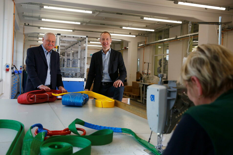 Die Geschäftsführer der Großröhrsdorfer Firma SHZ, Günter (l.) und Matthias Böhme, zeigen Gurte, die im Unternehmen hergestellt werden. Um mehr Platz zu schaffen, wird jetzt eine neue Lagerhalle gebaut.