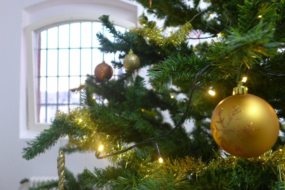 Die Stationen der JVA Waldheim sind mit Weihnachtsbäumen geschmückt worden.