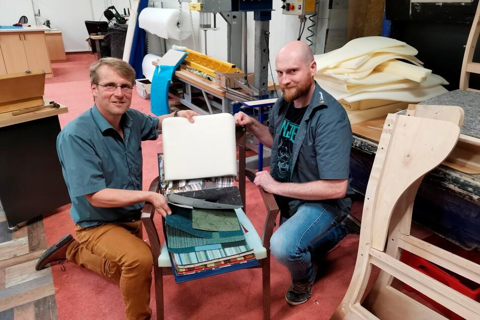 Holger Schmidt und Polsterer Erik Zschoge (r.) wollen eine Stuhl-Produktion in Meißen aufbauen.