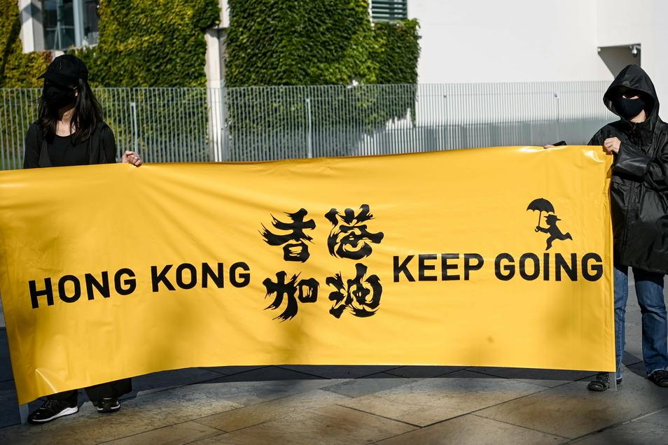 Junge Frauen halten ein Transparent bei einer Menschenrechtsaktion vor dem Bundeskanzleramt anlässlich der Videokonferenz zwischen der EU und China. Menschenrechtsverletzungen in Ländern wie China, Russland oder Saudi-Arabien werden von der Europäische