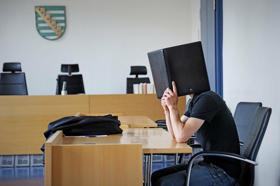 Ein 18-Jähriger aus Riesa ist derzeit wegen Vergewaltigung angeklagt. Der junge Mann bestreitet die Tat.