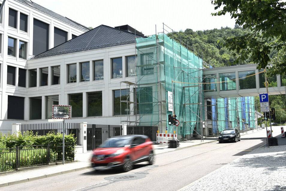 Am Neubau der Firma Lange wird gebaut.
