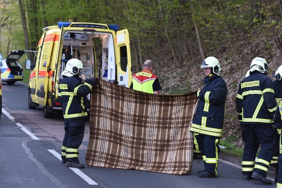 Der Fahrer wurde schwer verletzt durch einen Notarzt vor Ort behandelt und in ein Krankenhaus gebracht.