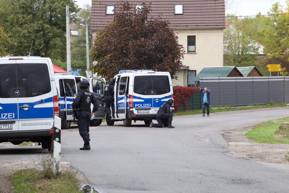 In Gollma bei Landsberg wurde ein Bus umstellt. Die Berichte zu einer Festnahme können nicht bestätigt werden.
