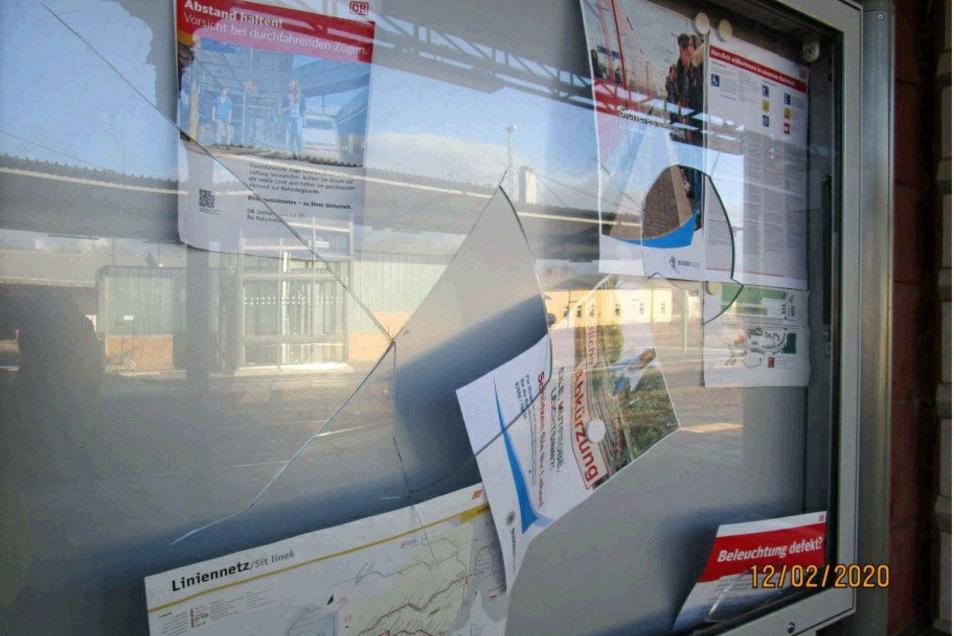 Unbekannte haben am Bahnhof Löbau zwei Schautafeln zerstört.