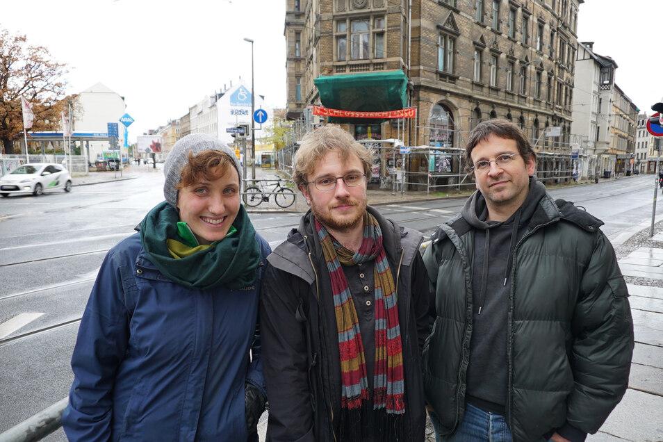 Laura Röllmann, Tobias Bernet und Dirko Goebel (v.l.nr.) vor ihrem Haus in Leipzig.