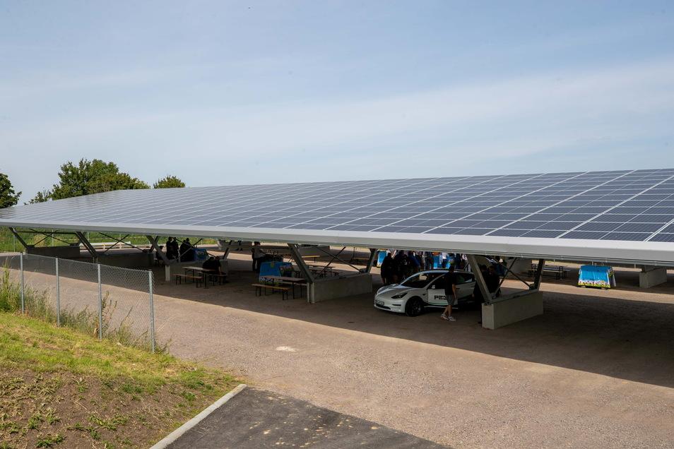 Die Betriebsfeier fand unter der neuen Solaranlage statt. Hier wurde die neue Flotte von E-Autos eingeweiht.