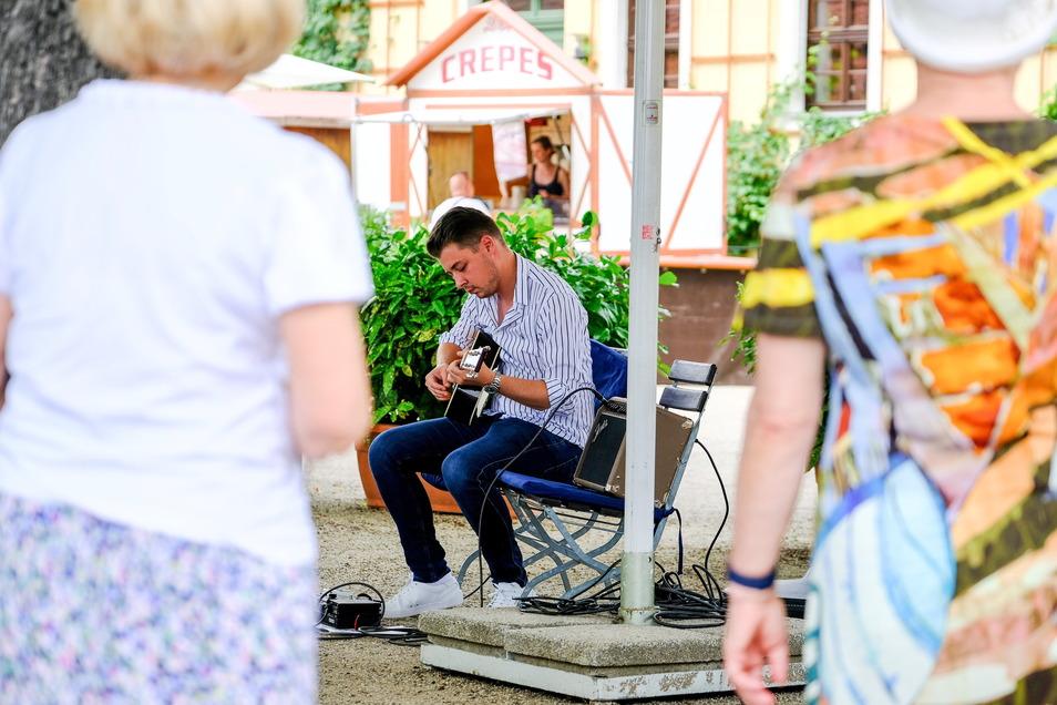 Hat endlich wieder Live-Auftritte: Gitarrist und Komponist Julian Wolf spielte am Sonntag im Rahmen der Weinberg-Kultour auf dem Weingut Hoflößnitz in Radebeul.