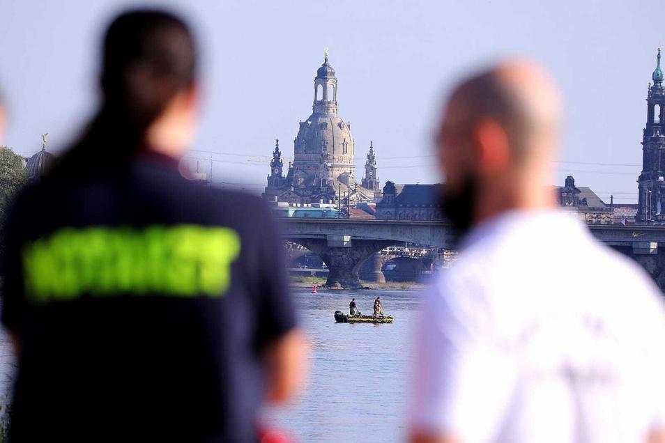 Die Polizei sucht nach einer offenbar hilflosen Person in der Elbe.