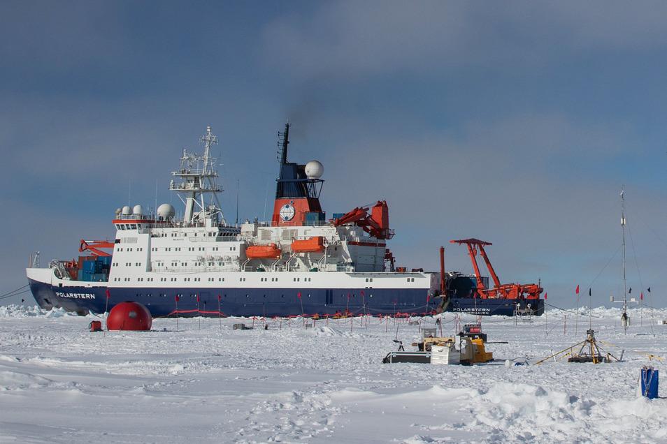 """Die """"Polarstern"""" ist derzeit auf einer einmaligen Expedition mit dem Namen """"Mosaic"""" unterwegs: Ein Jahr driftet sie durch die zentrale Arktis, ohne eigenen Antrieb, angedockt an einer riesigen Eisscholle."""