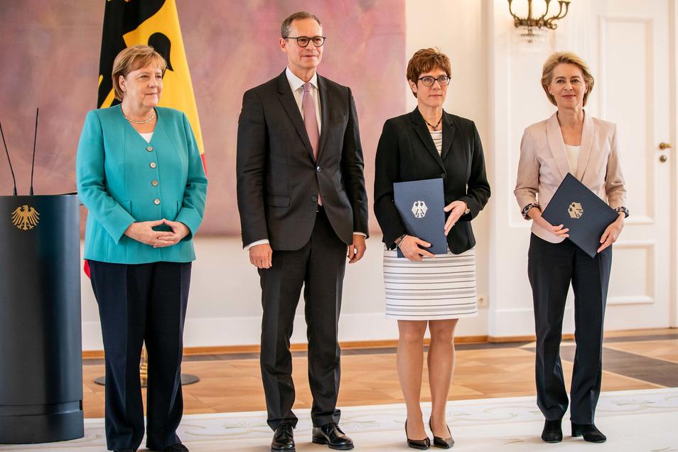 Ursula von der Leyen erhielt im Schloss Bellevue ihre Entlassungsurkunde. Die wurde überreicht von Michael Müller (SPD), Regierender Bürgermeister von Berlin.