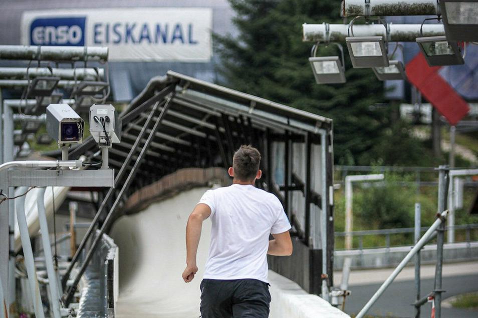 1,2 Kilometer mit bis zu 15 Prozent Steigung: Die Bobbahn in Altenberg öffnet sich den Läufern.