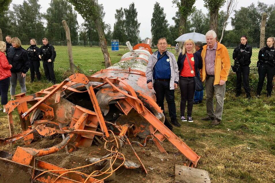 Eineinhalb Monate nach dem Abriss der Wilsdruffer Sendemastes hat der Förderverein von Sabine Neumann (4. li.) das untere Teil des Mastes (im Hintergrund) von der Media Broadcast geschenkt bekommen.