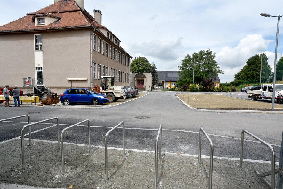 Der neue Wanderparkplatz an der alten Schule in Obercunnersdorf hat Platz für 45 Autos und ein Wohnmobil.