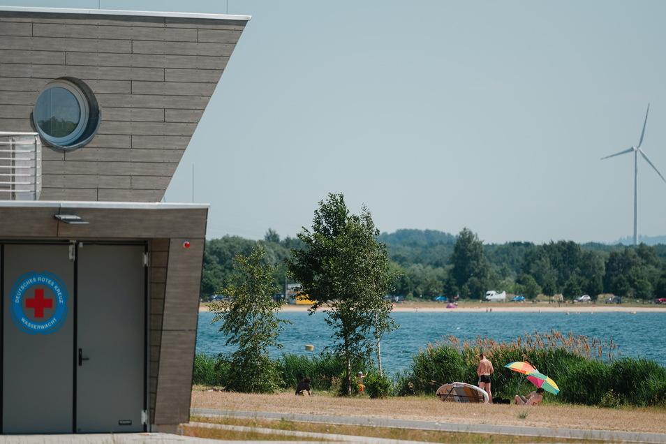 Bestens im Blick: Einige Badegäste haben sich am Nordstrand direkt an der neuen Rettungsstation einen Platz gesucht.