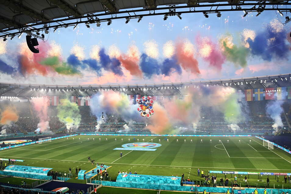 Nach Auftritten von Andrea Bocelli sowie U2-Sänger Bono, Gitarrist The Edge und DJ Martin Garrix spielt am Freitagabend im Olympiastadion Italien und die Türkei.