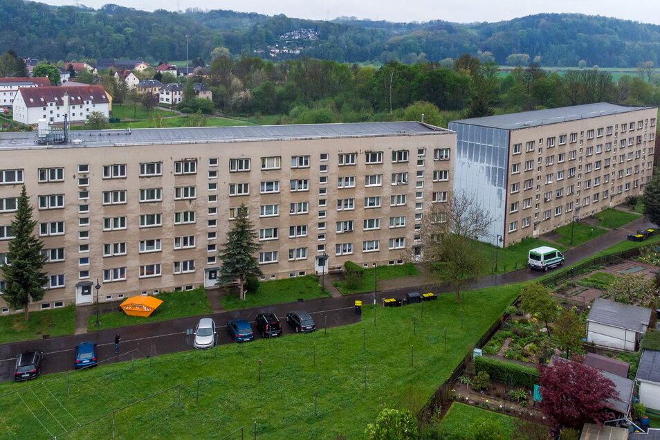 Die Wohnblöcke Am Waldrand 83 und 84 in Westewitz sehen äußerlich heruntergekommen aus. 2020 brannte es in einem der Eingänge, nun will die Gemeinde das Wohneigentum loswerden.
