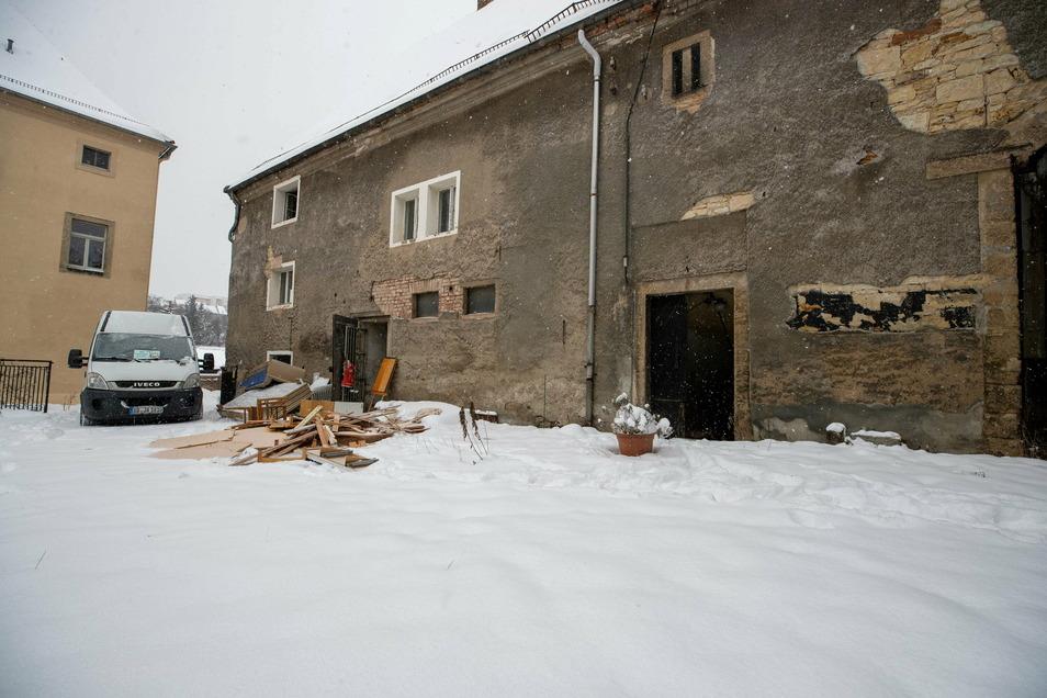 Welche Geheimnisse verbirgt dieses alte Haus aus dem 17. Jahrhundert? Die Beräumer aus Freital leeren momentan die Zimmer.