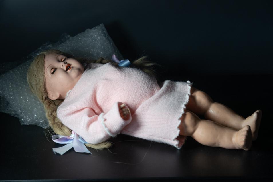 """1946 wurde die Familie von Priska K., Jahrgang 1935, aus dem böhmischen Dittersbach vertrieben. Die tschechischen Frauen nahmen den Mädchen der deutschen Familien die Puppen aus dem Arm. Priska deckte ihre mit einem Tuch ab. """"Ich hab die Puppe erhalten."""""""