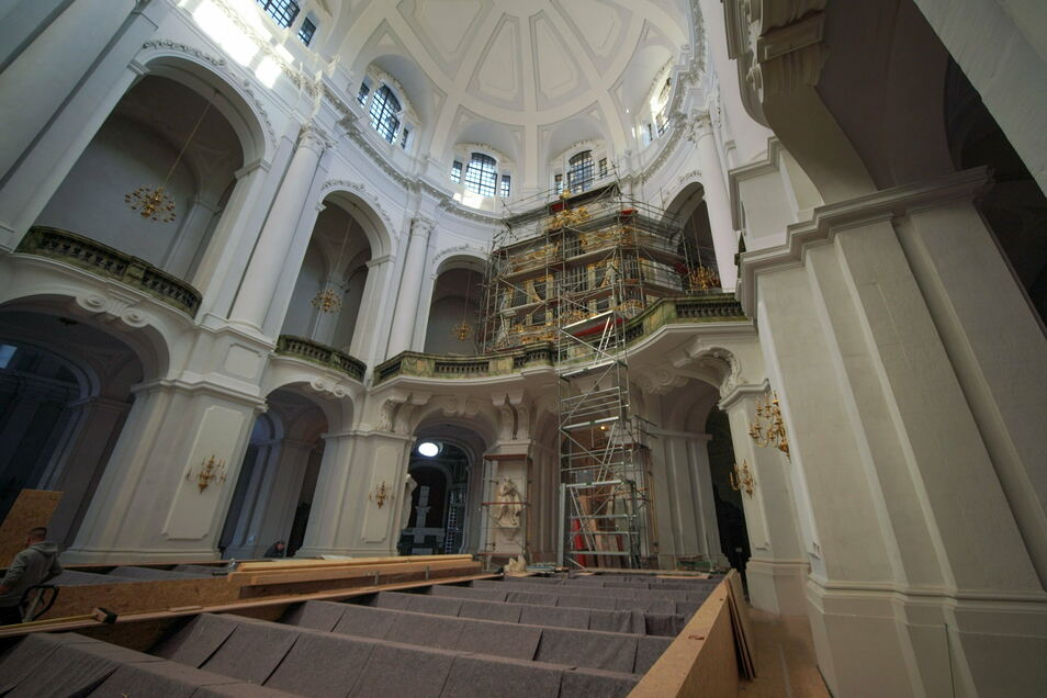 Wieder zu sehen ist die Silbermann-Orgel in der Hofkirche. Die schützenden Hüllen wurden abgebaut. Nun müssen nur noch die letzten Gerüste beseitigt werden.