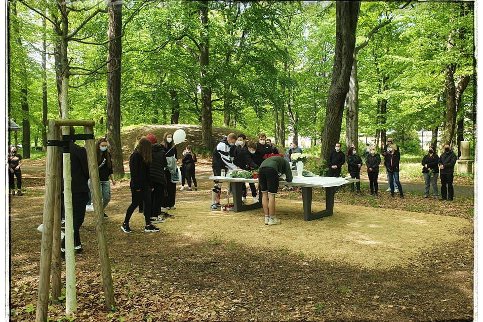Nieskyer Jugendliche und Freunde richteten für den in Berlin ermordeten 19-Jährigen im Freizeitpark am Rosensportplatz eine Trauerfeier aus. Das geschah am 21. Mai, eine Woche nach der schrecklichen Tat.