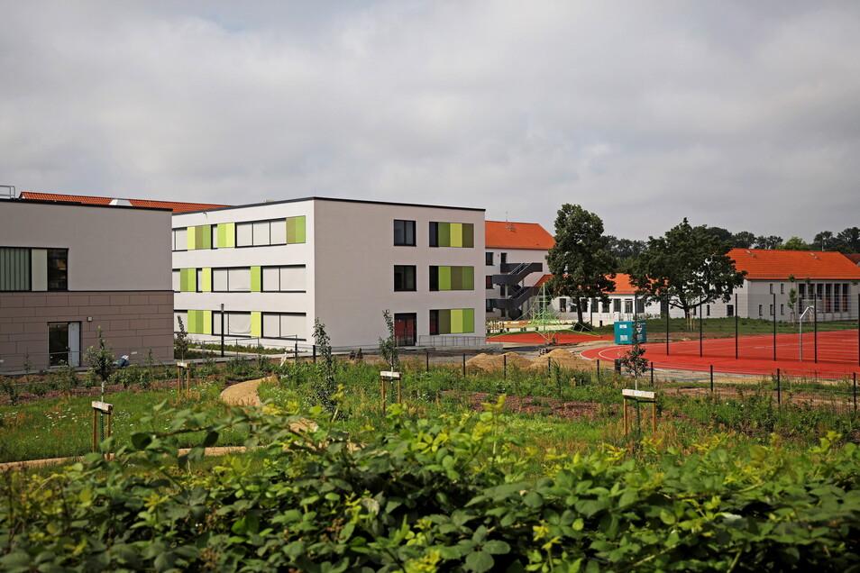 Ein Blick von der Rückseite auf den neugestalteten Schulkomplex der Oberschule Am Merzdorfer Park.