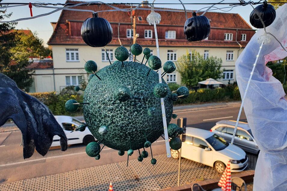 Corona-Viren als Lampions zieren die Terrasse an der Boltenhagener Straße 89 in Klotzsche.