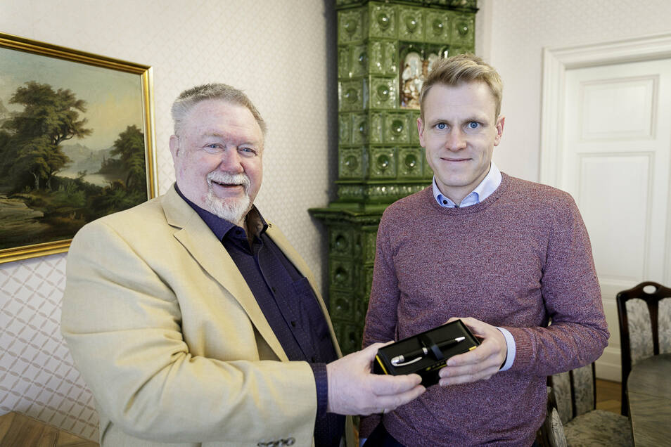Notar Hans Jochen Nevries (links) übergibt den Staffelstab - einen Kugelschreiber - an seinen Nachfolger Richard Böttger. Einen ähnlichen Stift bekam er 1997 von einem Freund geschenkt. Mit dem unterzeichnete er bis heute alle Dokumente.