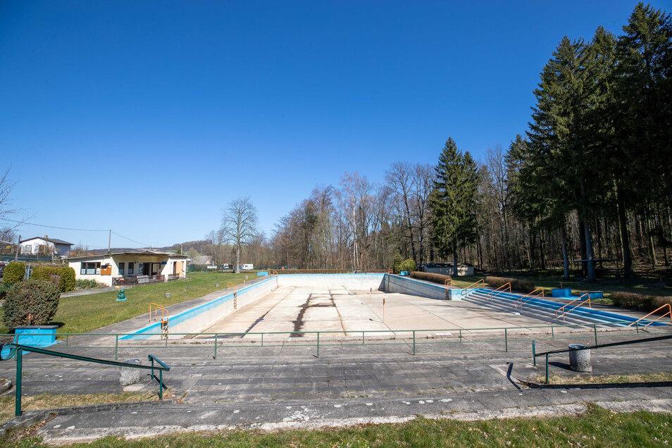 Das Waldbad Polenz ist derzeit ohne Wasser. Sollte die Saison planmäßig Ende Mai starten, wird frisches Wasser in das Becken gelassen.