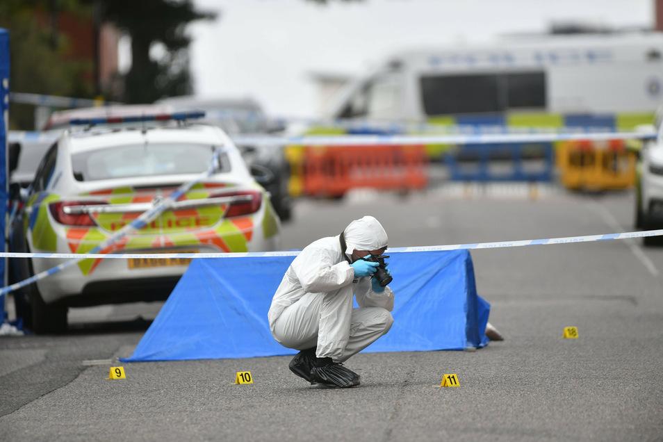 Ein Mitarbeiter der Spurensicherung fotografiert am 6. September den Tatort in der Irving Street, nachdem im Stadtzentrum mehrere Menschen niedergestochen wurden.