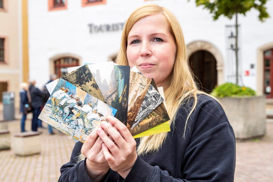 Der Malerweg zum Sammeln: Jede Etappe hat ihre eigene Postkarte, hier demonstriert von Sabrina Rudolph (35) vom Pirnaer Touristservice.