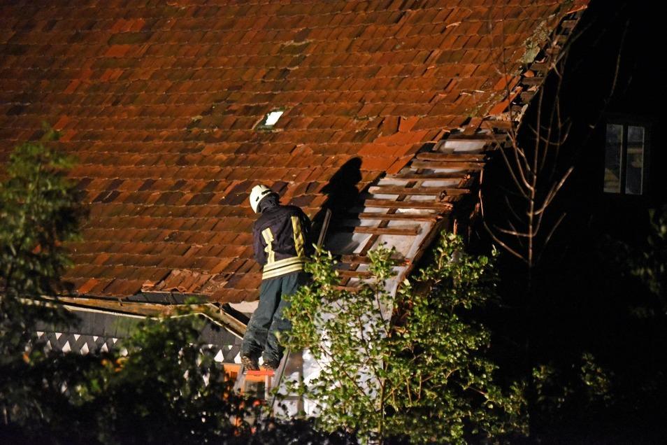 In Obercunnersdorf krachte eine Linde auf ein Hausdach.