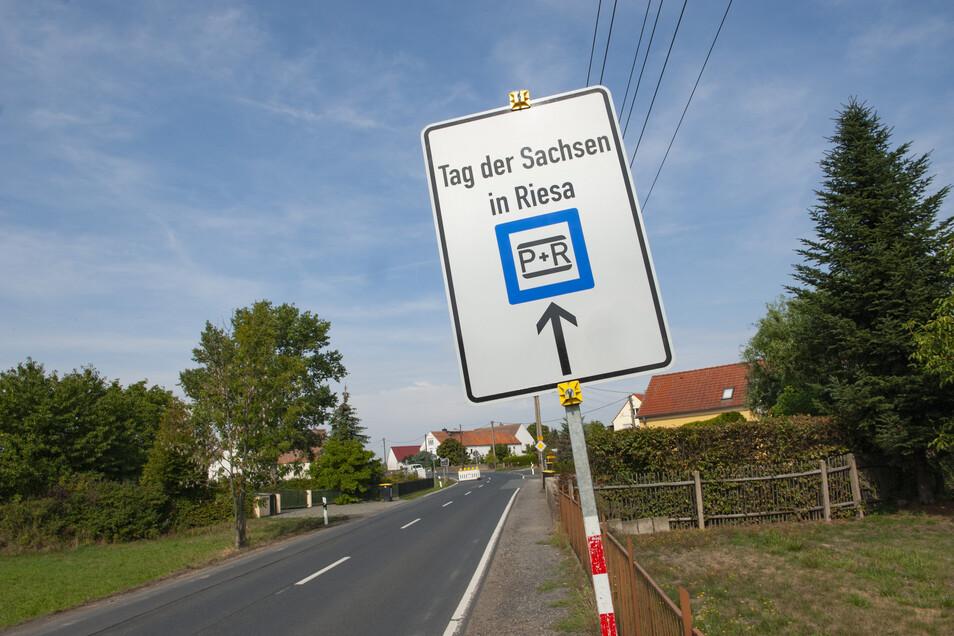 """Die Hinweisschilder zum """"Tag der Sachsen"""" in Riesa stehen in Wildenhain schon seit einigen Tagen. Jetzt steht fest: Am Freitag wird die Vollsperrung der B 98 aufgehoben – zwei Wochen früher als ursprünglich geplant."""