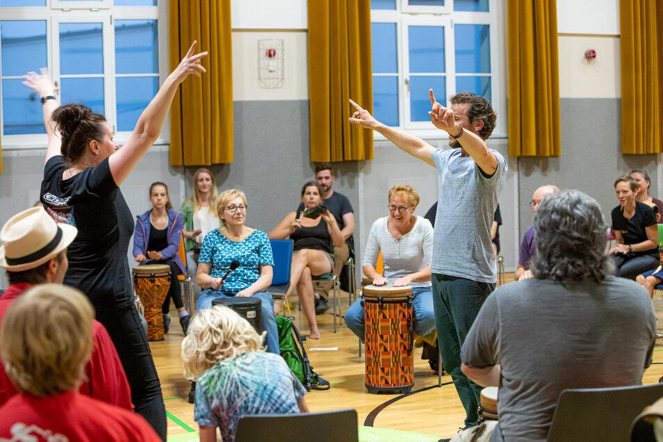 Viel Spaß hatten die Teilnehmer beim Drum-Circle mit Claudia Lohmann. In der ersten Hälfte des Drum-Circle wurden die Spieler auf Zeichen und Gestiken der Moderatoren vorbereitetet. In der zweiten Hälfte wurde mehr komponiert – auf den Punkt, aus dem gera