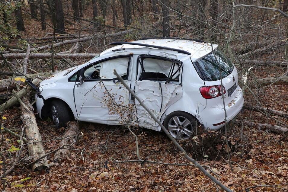 Ende einer Verfolgungsfahrt: Ein 26-Jähriger hat am 12. November diesen VW Golf Plus gestohlen und verlor auf der Flucht vor der Polizei die Kontrolle über das Auto. Am Montag wurde der Mann auch für diese Tat verurteilt.