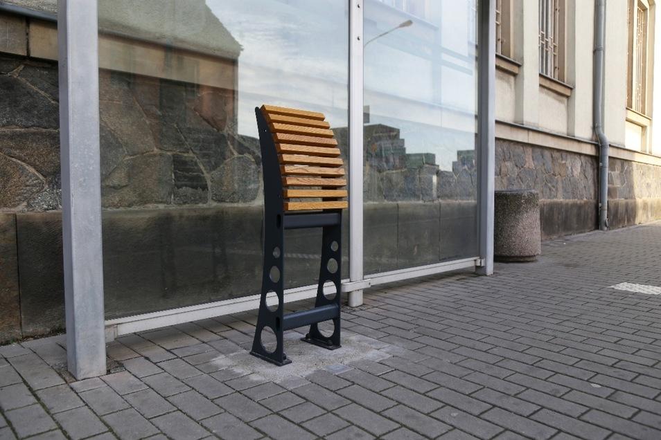 An der Haltestalle Kirchstraße wurde eine sogenannte Anlehnbank installiert. Sie soll das Warten auf den Bus bequemer machen.