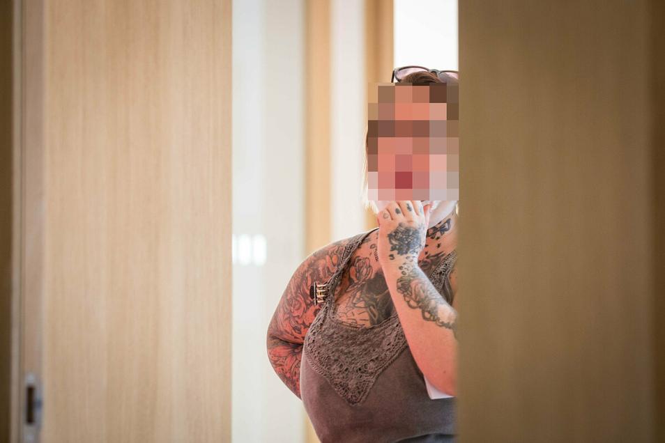 Jenny P. soll ihre Tochter schwer verletzt haben. Sie steht nun zusammen mit ihrer Schwester vor dem Dresdner Amtsgericht.