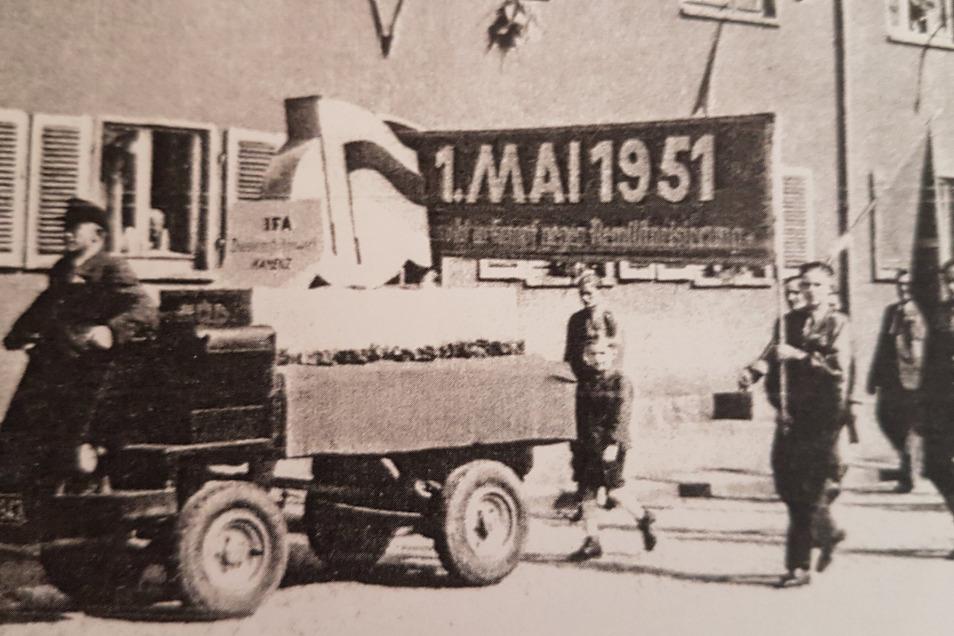 Eine Diesel-Karre mit einem Motor Typ H 65 aus dem Motorenwerk Kamenz zur Maidemonstration 1951 in Kamenz.