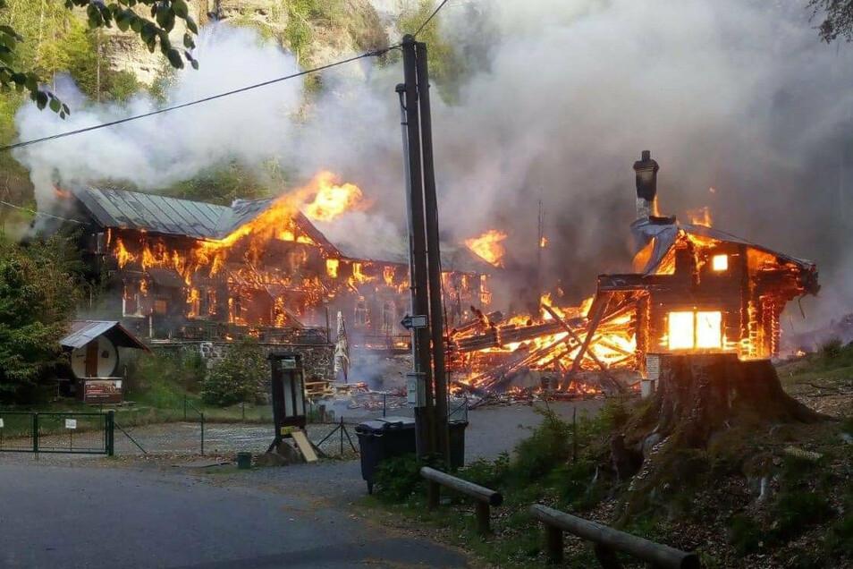 Am Morgen nach Himmelfahrt brannte die Balzhütte ab. Fotos: privat (2)